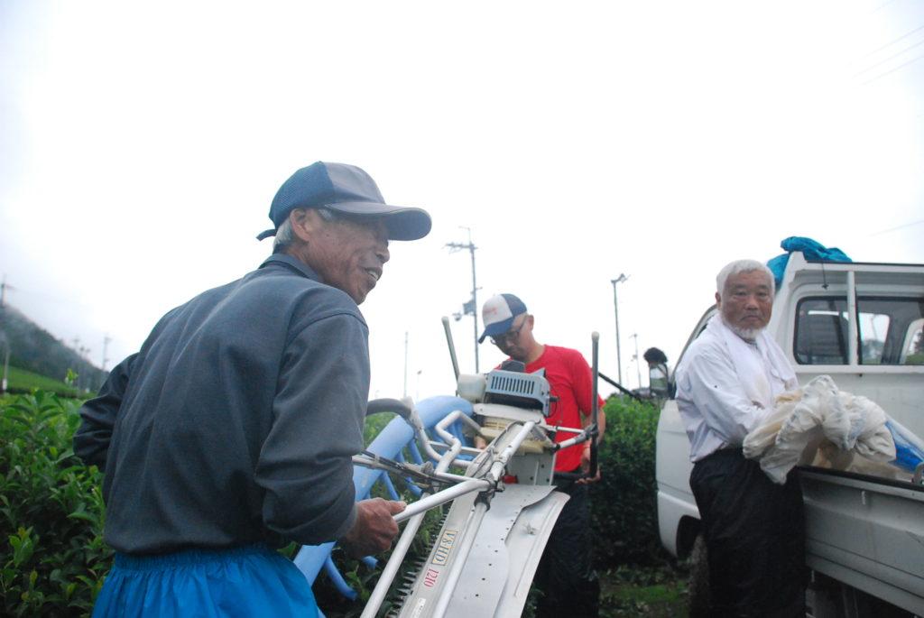 久保見さんによる茶刈機の使い方の説明。